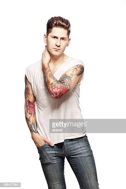 Portrait d'un homme faire tatouer