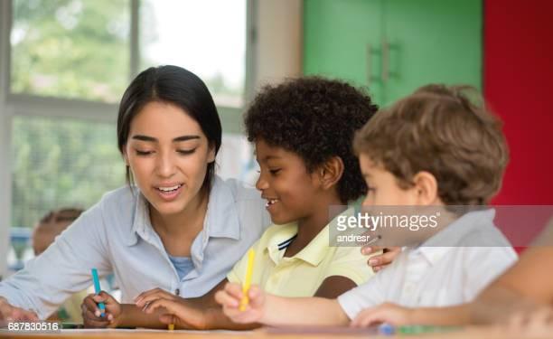 Retrato de un maestro que habla a los jóvenes estudiantes en la escuela