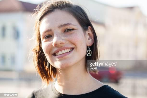 portrait d'une adolescente - a la mode photos et images de collection