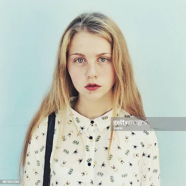 portrait of a teenage girl - mädchen 14 jahre stock-fotos und bilder