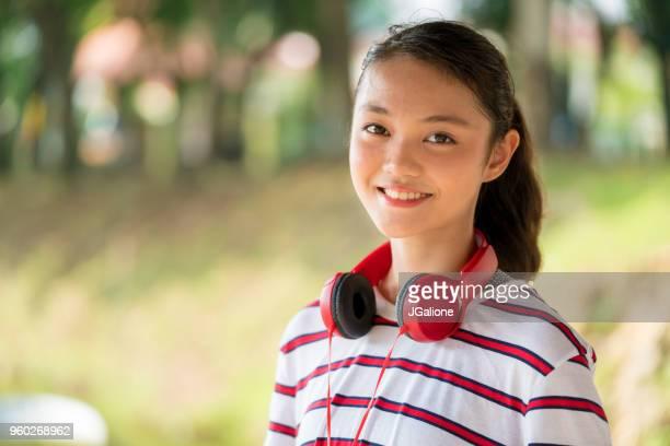 portret van een tienermeisje - 14 15 jaar stockfoto's en -beelden