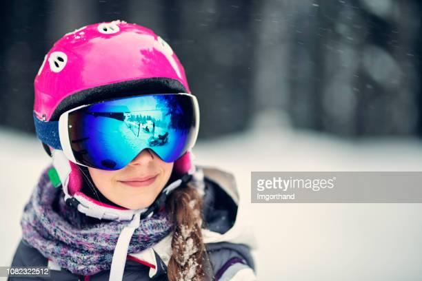 portrait d'une adolescente ski - sport d'hiver photos et images de collection