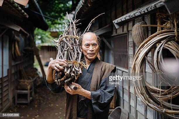 portrait of a traditional japanese man in edo period town - topknot stock pictures, royalty-free photos & images