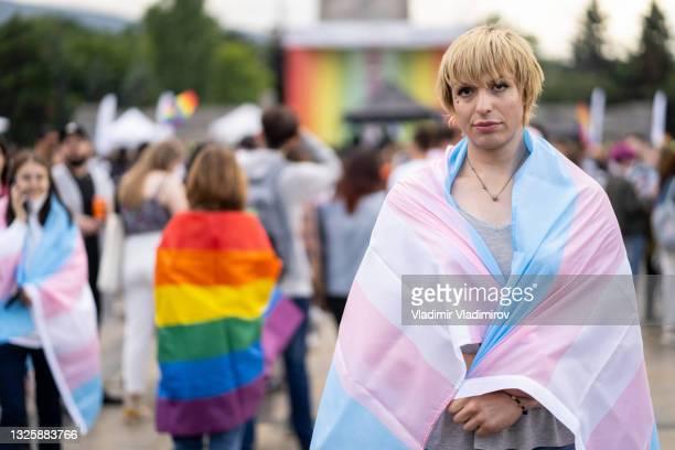 portrait d'une femme transgenre portant un drapeau pansexuel - beautiful gay men photos et images de collection