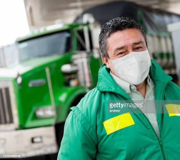 retrato de um motorista de caminhão usando uma máscara facial para evitar o coronavírus - serviços essenciais - fotografias e filmes do acervo