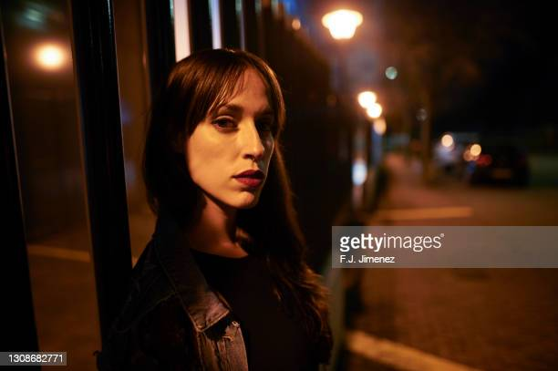 portrait of a woman at night outdoors, looking at camera - 30 34 years stock pictures, royalty-free photos & images