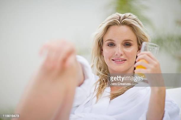 Porträt einer Frau trinken Orangensaft