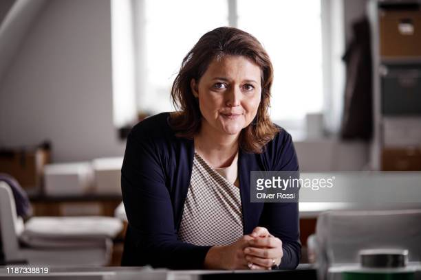 portrait of a woman in a printing plant - 40 44 jahre stock-fotos und bilder