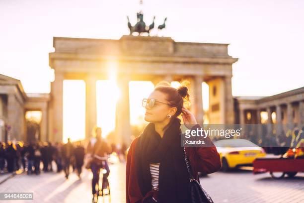 ドイツ ・ ベルリンのブランデンブルグの前に女性の肖像画 - 市内観光 ストックフォトと画像