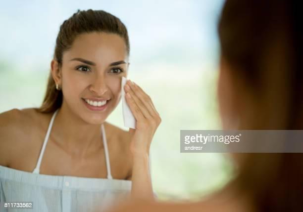 Porträt einer Frau im Badezimmer ihr Make-up entfernen