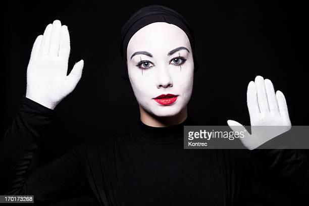 Retrato de una mujer artista de mímica