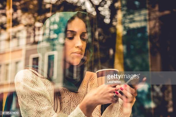 "Porträt einer Frau am Fenster des Café """