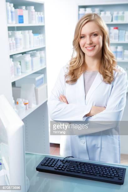 Portrait d'un femme de pharmacien dans un comptoir de la pharmacie avec des médicaments sur ordonnance