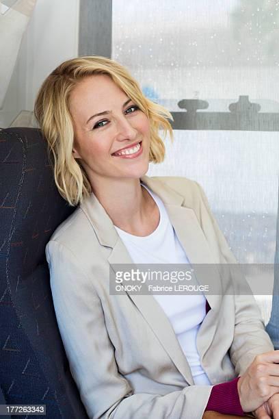 portrait of a woman smiling - onoky stock-fotos und bilder