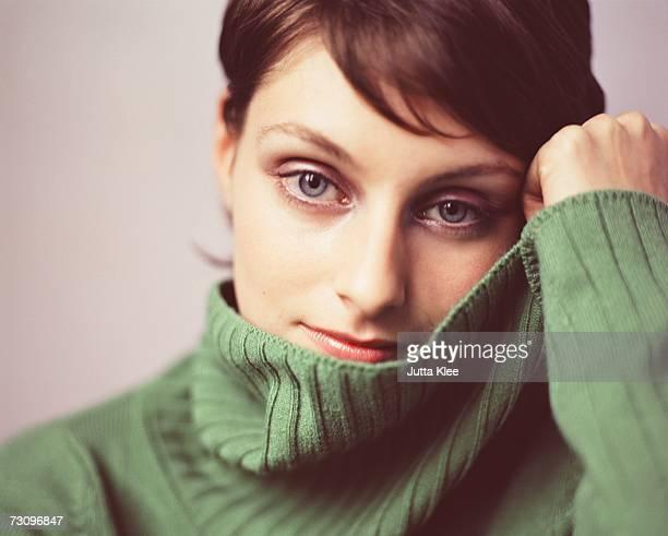 portrait of a woman wearing a green turtleneck sweater - cabelo curto comprimento de cabelo imagens e fotografias de stock
