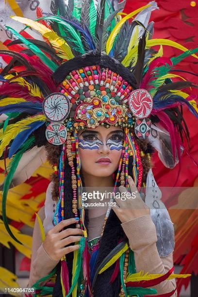 portrait of a woman wearing a native indian tribal costume - ornamento del capo foto e immagini stock