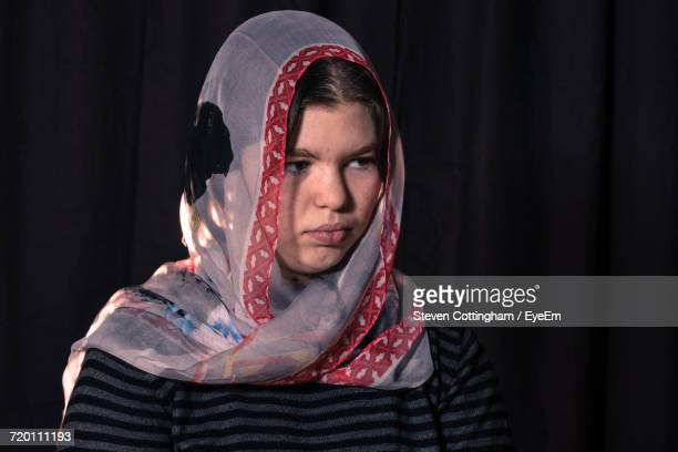portrait of a woman wearing headscarf - steven cottingham - fotografias e filmes do acervo