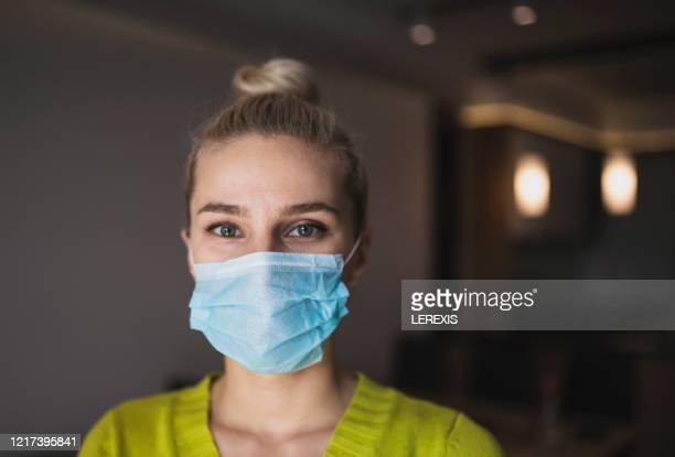 portrait of a woman with a protective mask - masque de chirurgien photos et images de collection