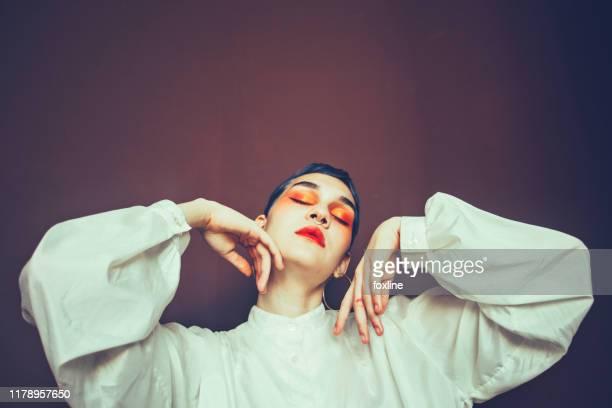 portrait of a woman with blue hair and a noise piercing - haute couture photos et images de collection