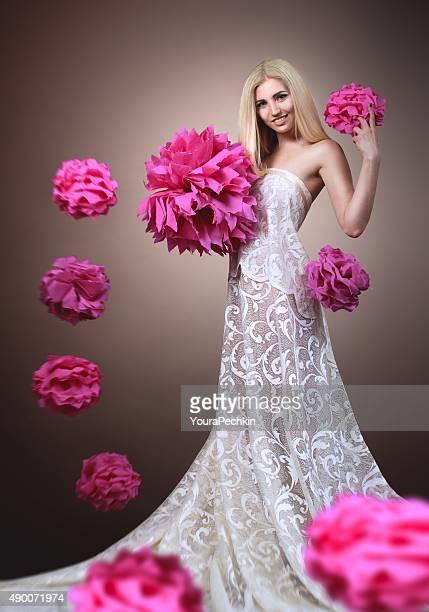 Portrait d'une femme avec des fleurs en papier