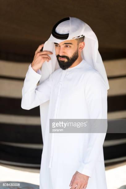 retrato de um jovem árabe - vestuário modesto - fotografias e filmes do acervo