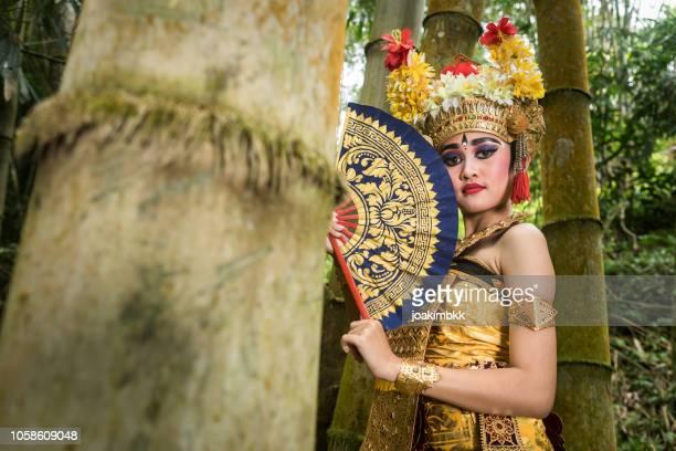 Porträt einer jungen Bali Tänzerin in einem Bambuswald