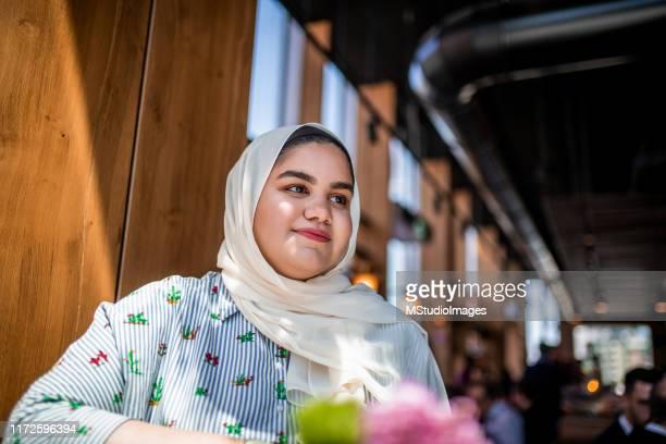 verticale d'une jeune belle femme. - chubby arab photos et images de collection