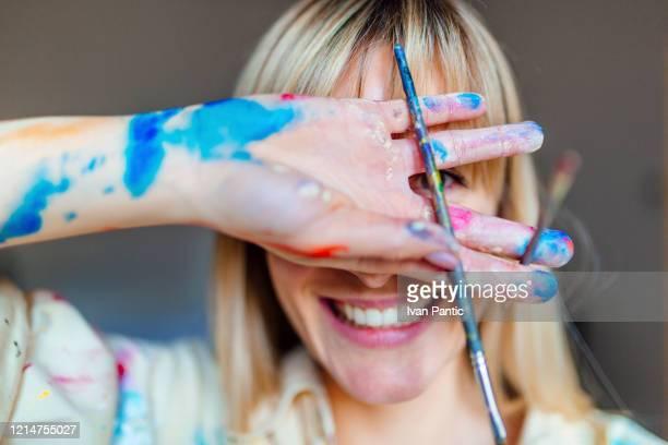 ritratto di giovane artista bionda - pittura accademica foto e immagini stock