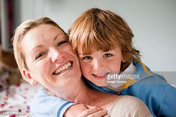ritratto di un giovane ragazzo abbracciare sua madre - 4 5 anni foto e immagini stock