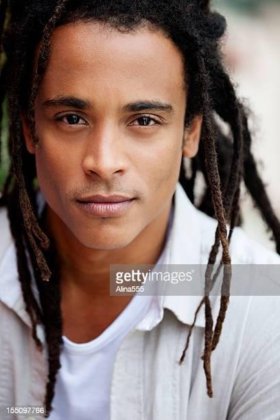 Ritratto di un giovane uomo brasiliano all'aperto