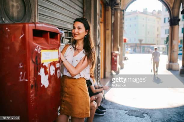 Porträt von eine junge Brünette in Triest, Italien eine Postkarte schreiben