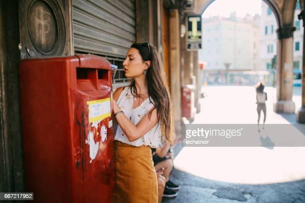 Portrait d'une jeune brune à Trieste, en Italie, écrire une carte postale