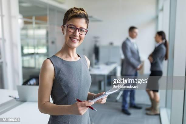 Retrato de una joven mujer de negocios en la oficina