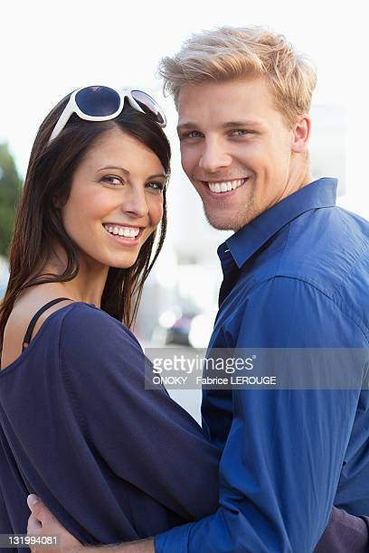 portrait of a young couple smiling - onoky stock-fotos und bilder