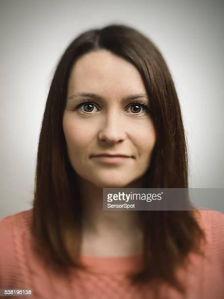 Porträt von eine junge Frau in die Kamera schauend europäischen