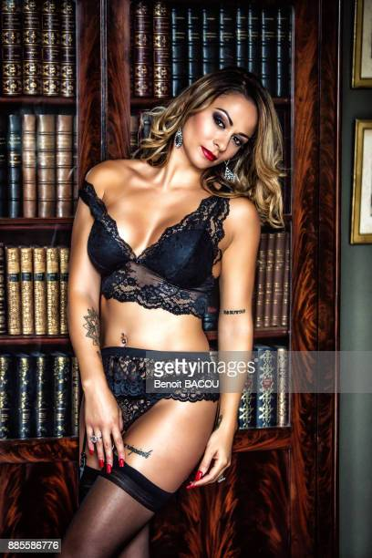 portrait of a young face of woman in black lingerie, looking toward the goal, before a library. - stockings and suspenders - fotografias e filmes do acervo