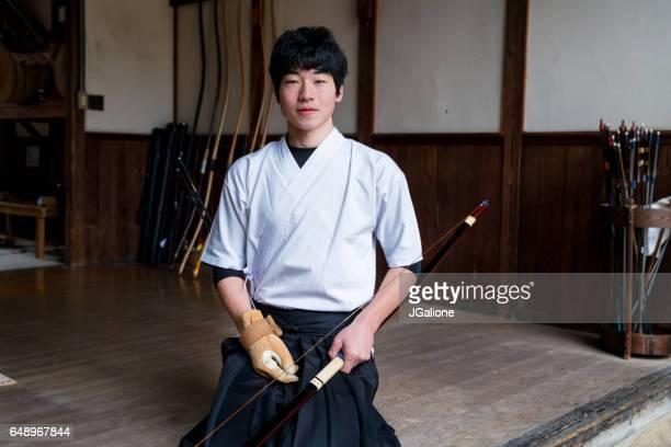 若い日本のアーチャーの肖像画