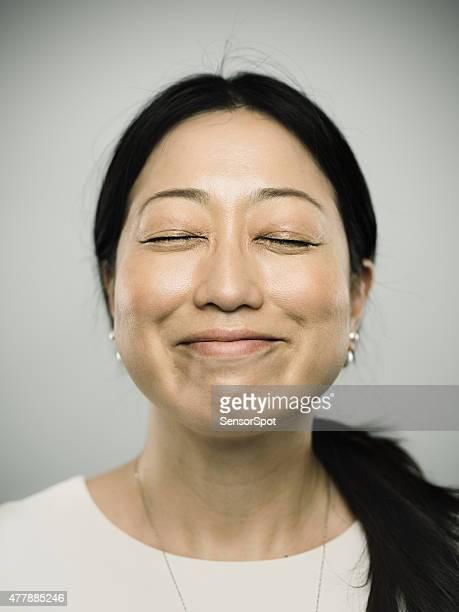 のポートレート、若い女性幸せな笑顔で