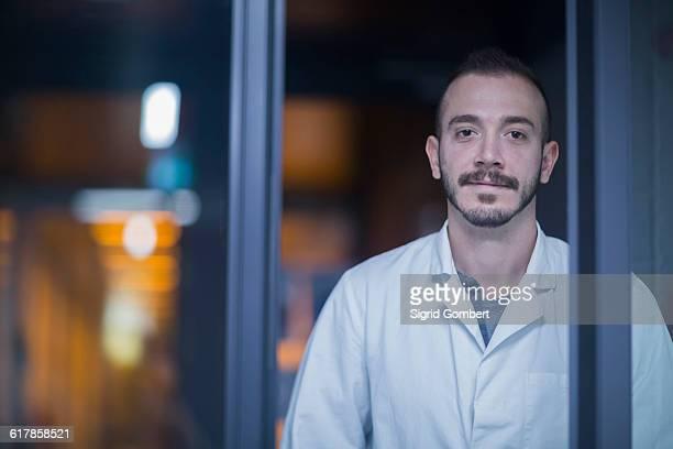 """""""portrait of a young male scientist working in an optical laboratory, freiburg im breisgau, baden-württemberg, germany"""" - sigrid gombert stock-fotos und bilder"""