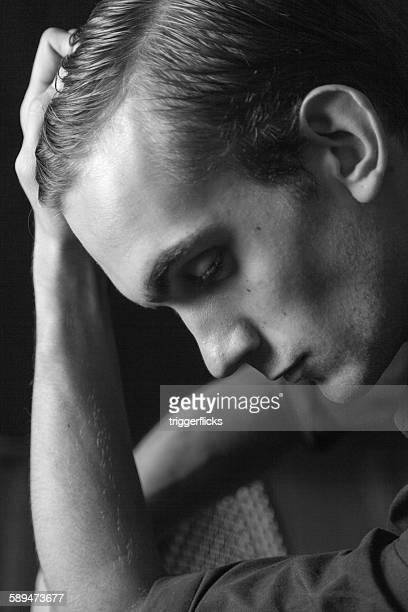 portrait of a young man in thinker's pose - aktmodell mann stock-fotos und bilder