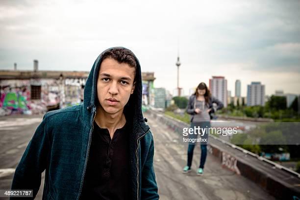 Porträt eines jungen Mannes auf dem Dach in Berlin