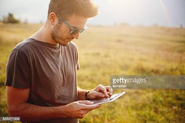 Porträt eines jungen Mannes im Freien