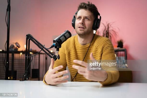 ラジオ局でマイクで話している若者の肖像画 - 解説者 ストックフォトと画像