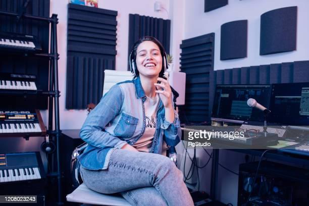 音楽スタジオで若いミュージシャンの肖像 - 電子音楽 ストックフォトと画像
