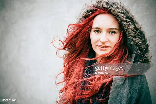 retrato de uma jovem fêmea cabelo ruivo - cabelo pintado de vermelho - fotografias e filmes do acervo