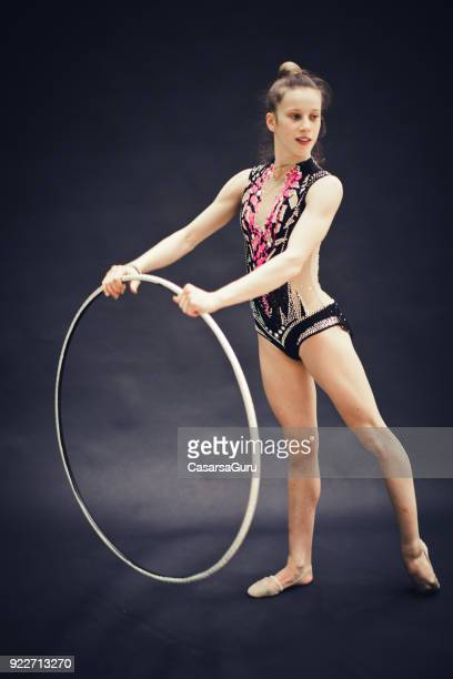 Portrait d'un athlète jeune gymnastique rythmique sur fond noir