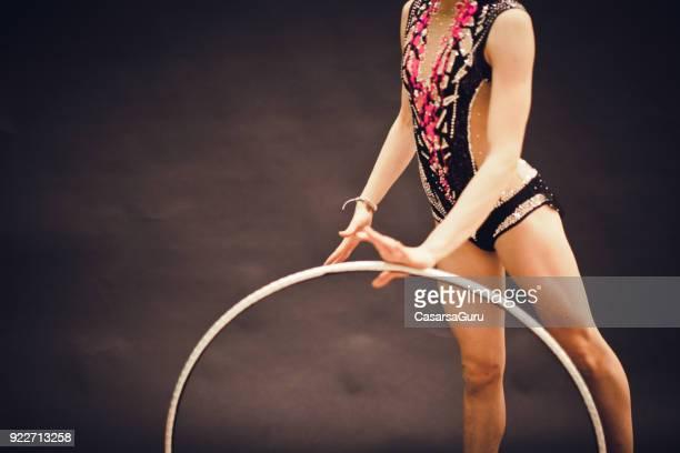porträt eines jungen rhythmische sportgymnastik athleten mit kunststoff hoop - rhythmic gymnastics stock-fotos und bilder