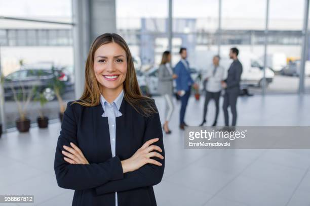 Porträt der lächelnde junge Geschäftsfrau bei der Arbeit