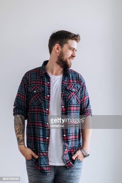 retrato de uma jovem assistente social. macho com roupas casuais e tatuagem - plano americano - fotografias e filmes do acervo