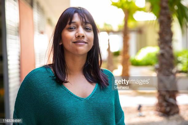 verticale d'une jeune femme sud-africaine - trentenaire photos et images de collection